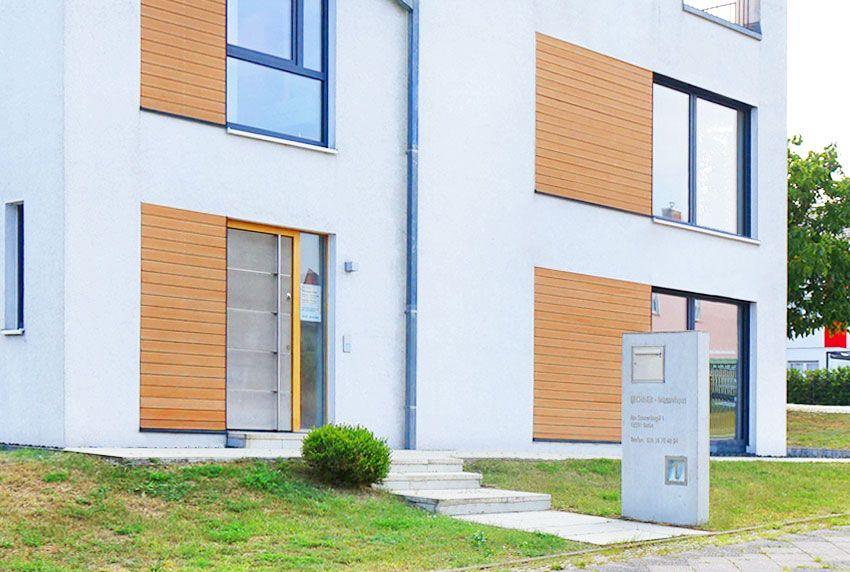 Funktionelle Edelstahlbriefkasten und beleuchtete Hausnummer für Betonstele