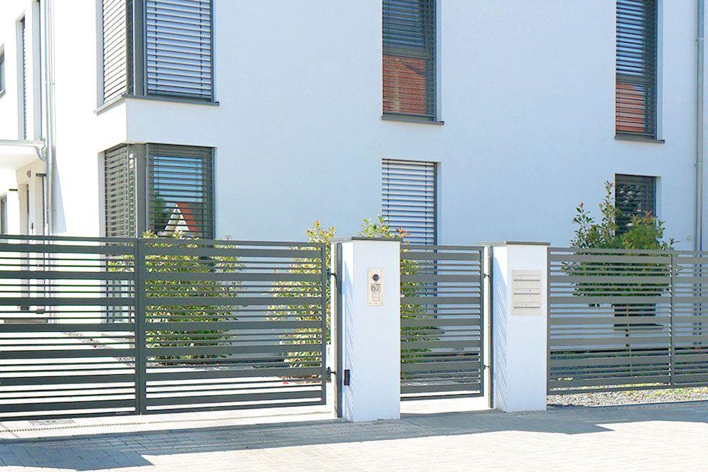 Funktionskasten und Briefkastenanlage in zwei getrennten Pfeilern installiert