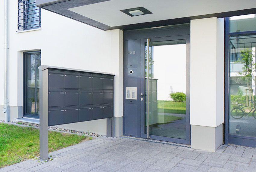 Geplante Briefkastenanlage für viele Wohneinheiten mit Standfüßen