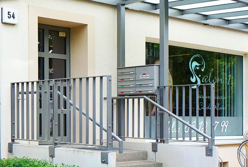 Geschützte Briefkastenanlage für die Geländermontage