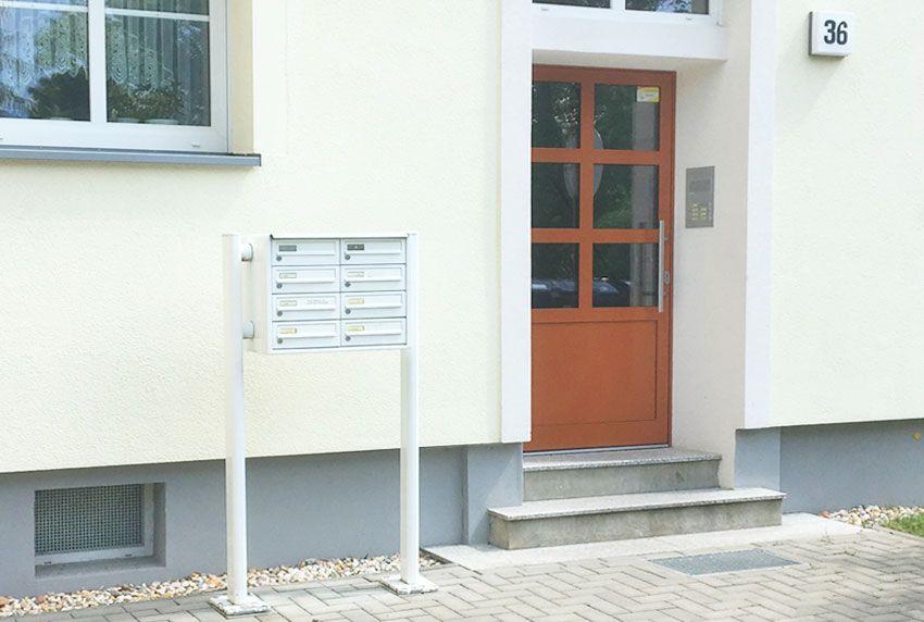 Größere Briefkastenanlage mit aufgeschraubten Standfüßen