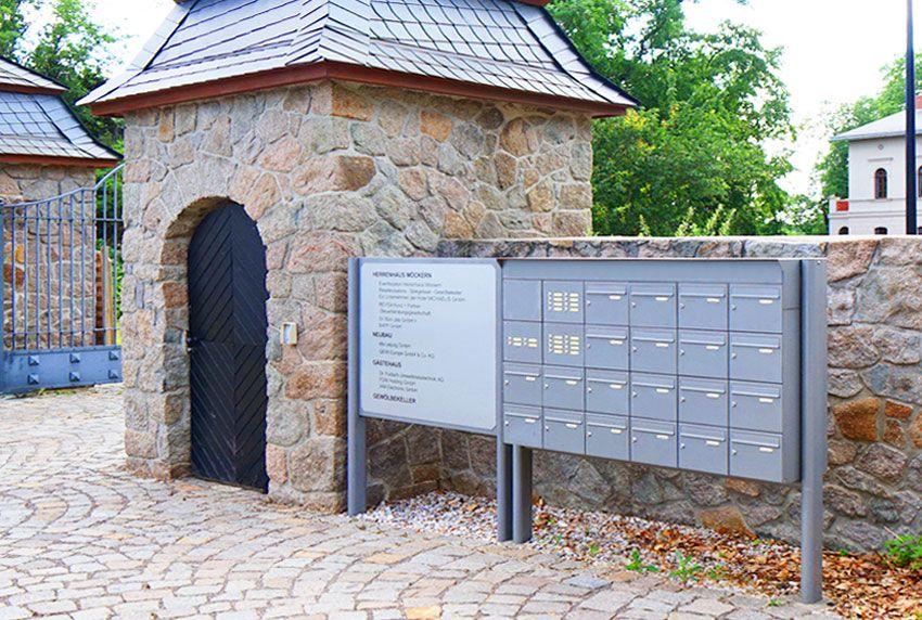 Größere Stand-Briefkastenanlagen mit passender Informationstafel