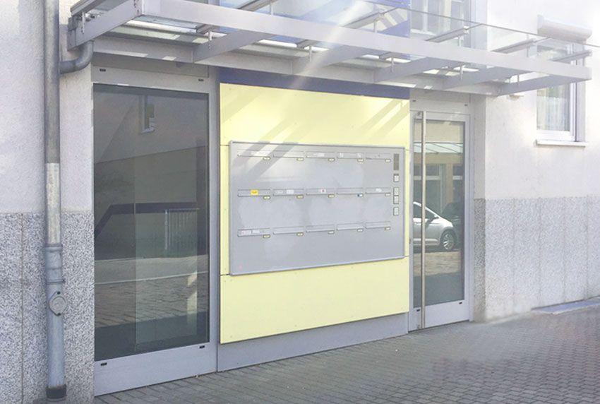 Große Briefkastenanlage direkt am Hauseingang