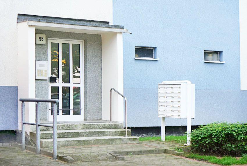 Große Briefkastenanlage mit Pfosten zum aufschrauben als Befestigung oder zum einbetonieren