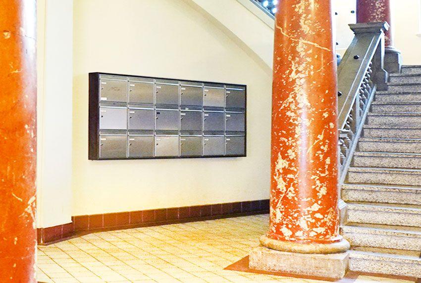 Große Edelstahl-Briefkastenanlage im Treppenhaus verwenden