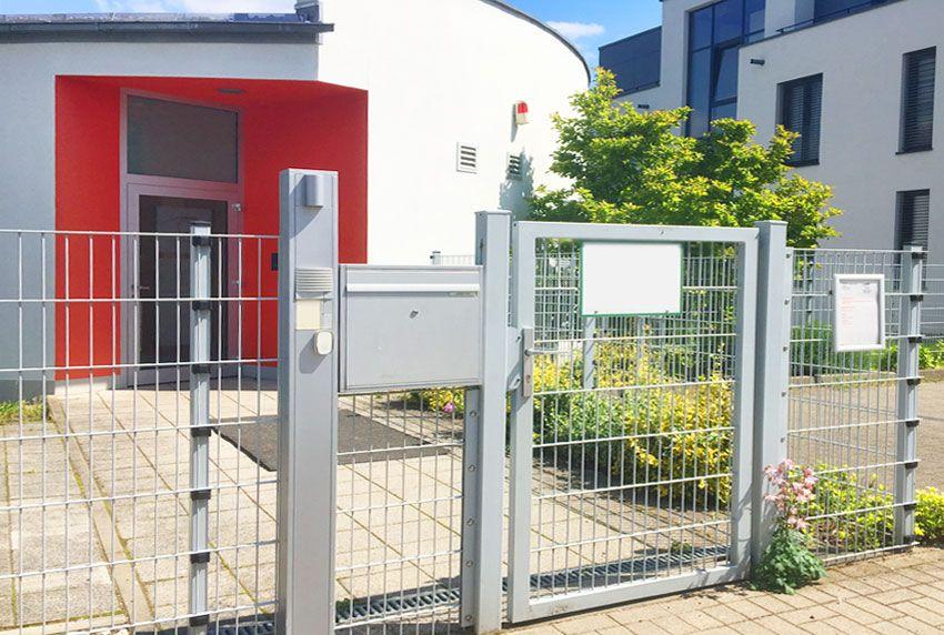 Große Briefkasten in Zaunfeld integriert