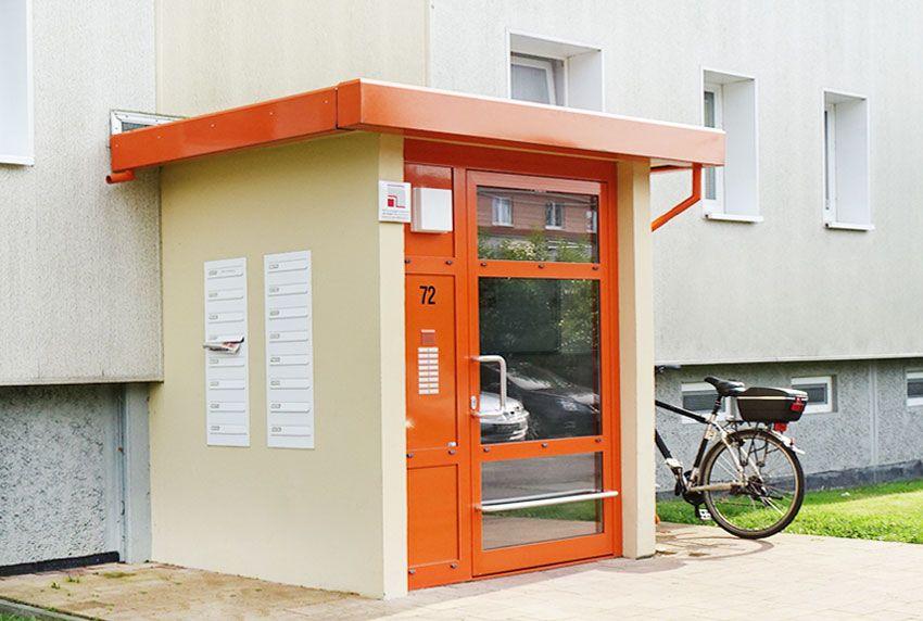 Gut erreichbare Briefkastenanlage außerhalb des Hauses positionieren