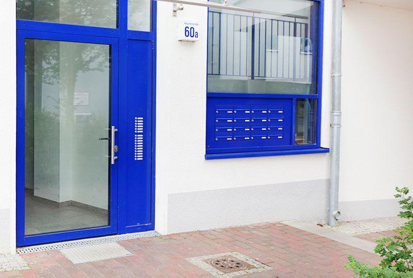 Gut zugängliche Briefkastenanlagen auf Fensterbank