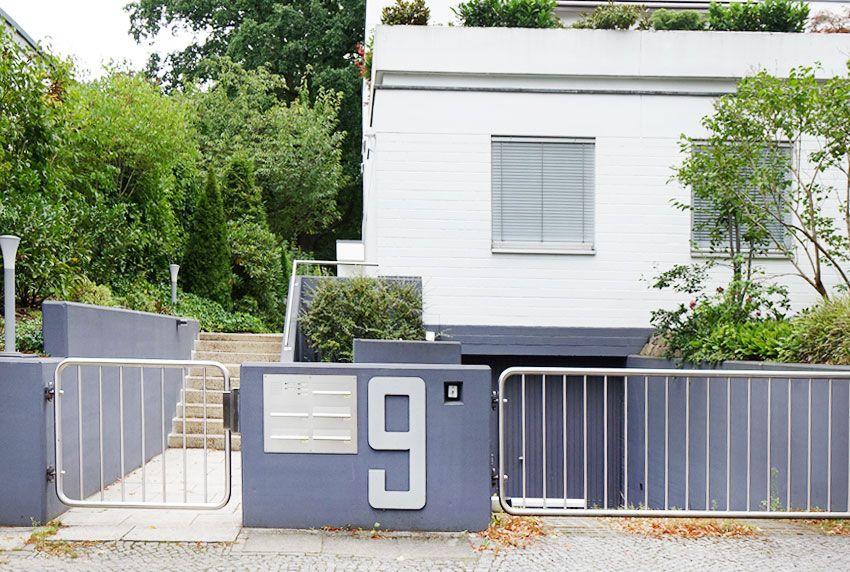 Hausnummer und Briefkastenanlage aus gebürstetem Edelstahl gefertigt