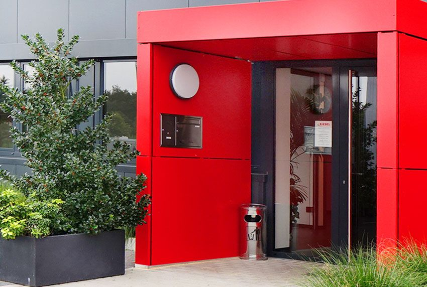 Hochwertigste Edelstahl-Briefkästen mit farbigen Eingangsbereich kombinieren