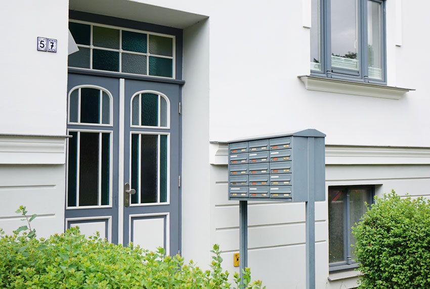 Höhere Stand-Briefkastenanlage mit über- und untereinander liegenden Fächern