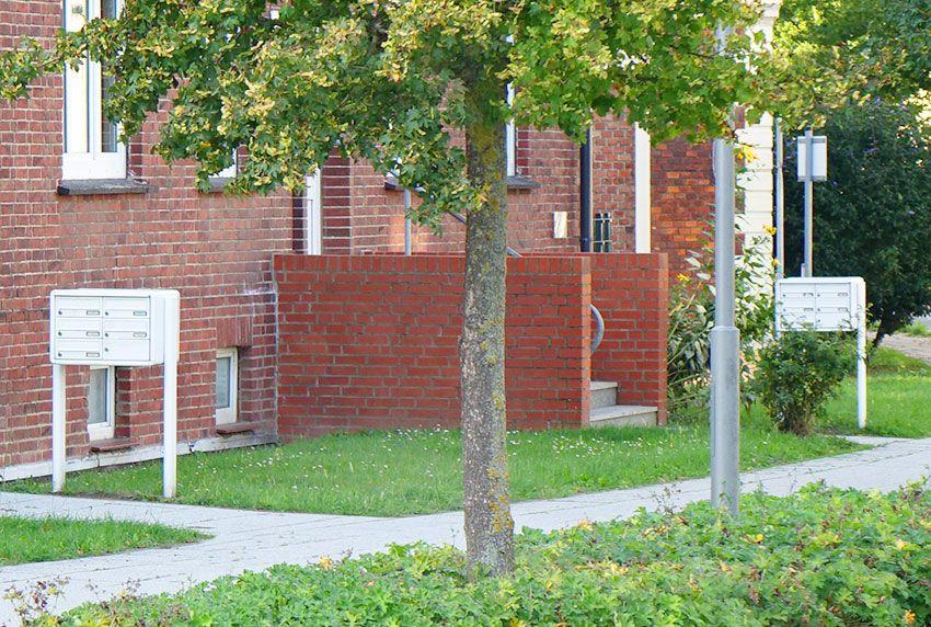 Identische Briefkastenanlagen in gleicher Bauform richtig am Gehweg aufstellen