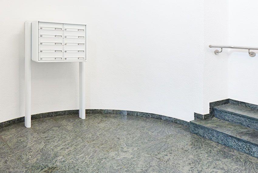 Im Innenbereich aufgestellte Briefkastenanlage für viele Mieter