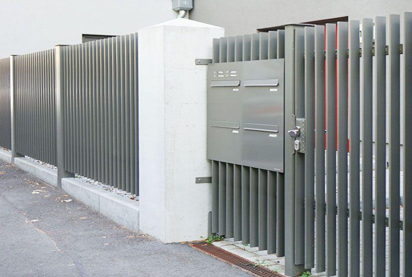 In Edelstahlplatte eingelassene Durchwurf-Briefkastenanlage mit Funktionselement