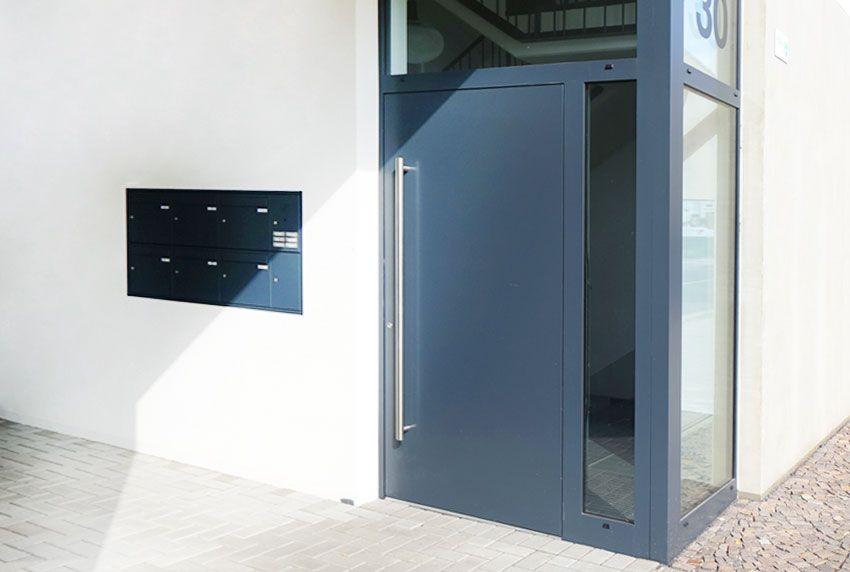In Hausfassade eingelassene Briefkastenanlage an Seitentür