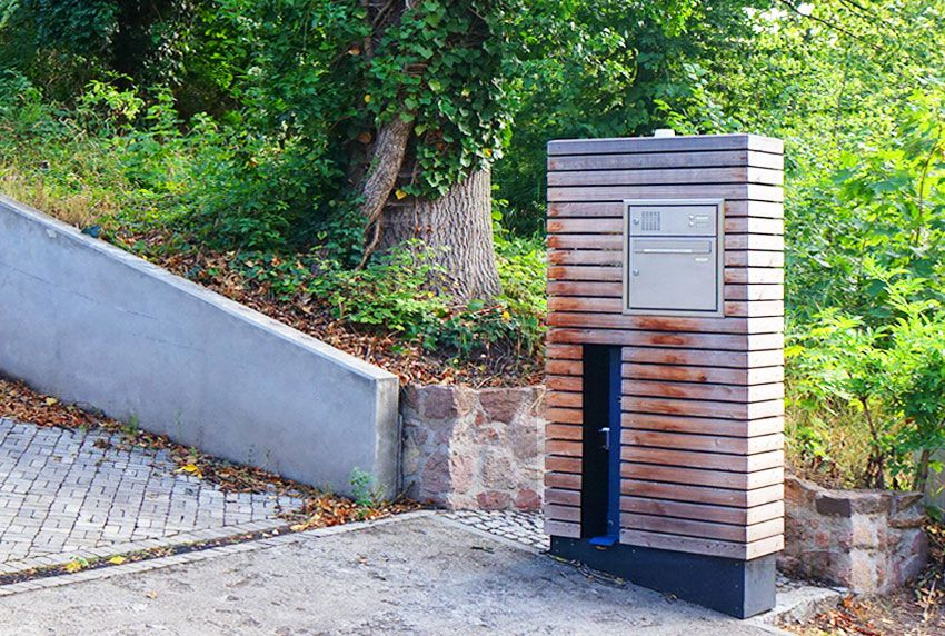 In Holzsäule verbautes Briefkastenmodul mit Funktionskasten