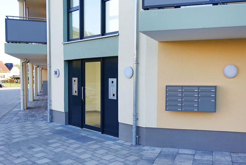 In Mehrfamilienhäusern gewährleisten gute Briefkastenanlagen die Sicherung der Post