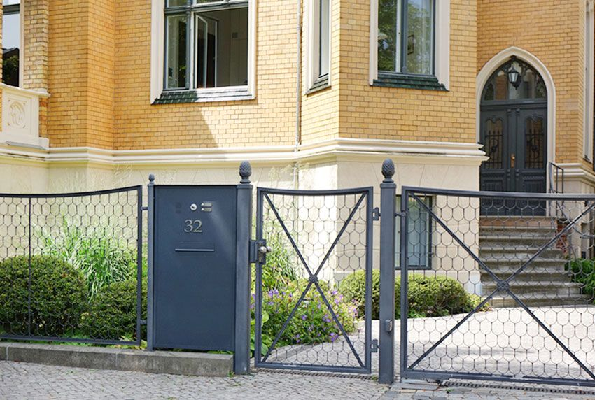 In Zaun RAL-Farbe passende Briefkasten-Anlage mit einem Fach