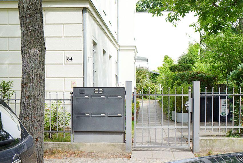 In zwei oder mehreren Reihen angebrachte Briefkastenanlagen für Bürohochhäuser mit vielen kleinen Büroeinheiten