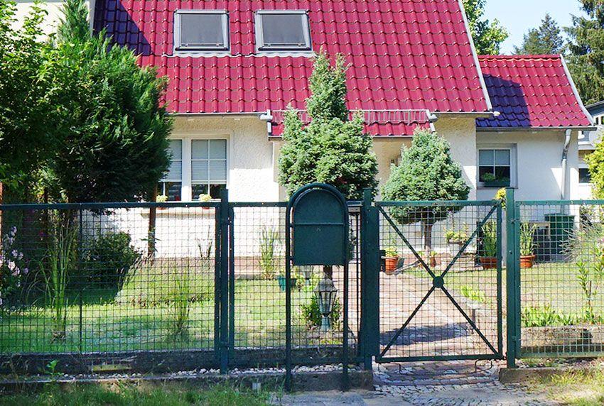 Individuelle Briefkastenanlage passend zur Haustür und Gartenzaun