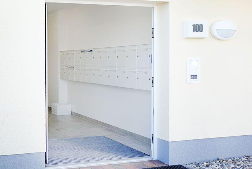 Innen im Eingangsbereich vor Wettereinflüssen geschützte Briefkastenanlage