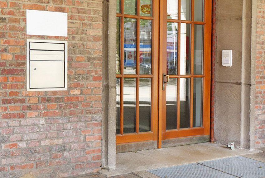 Installationskasten zum Postempfang neben dem Eingang in Mauer eingepasst