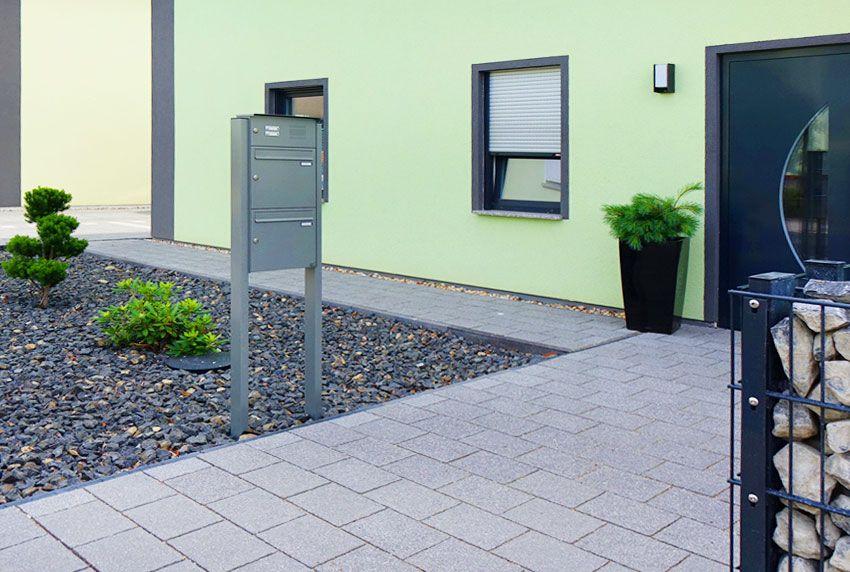 Kombinierte Briefkastenstandanlage mit Zweifach-Postkästen und Klingel