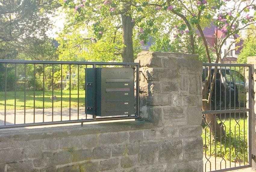 Kompakte Briefkastenanlage in Zaun integriert