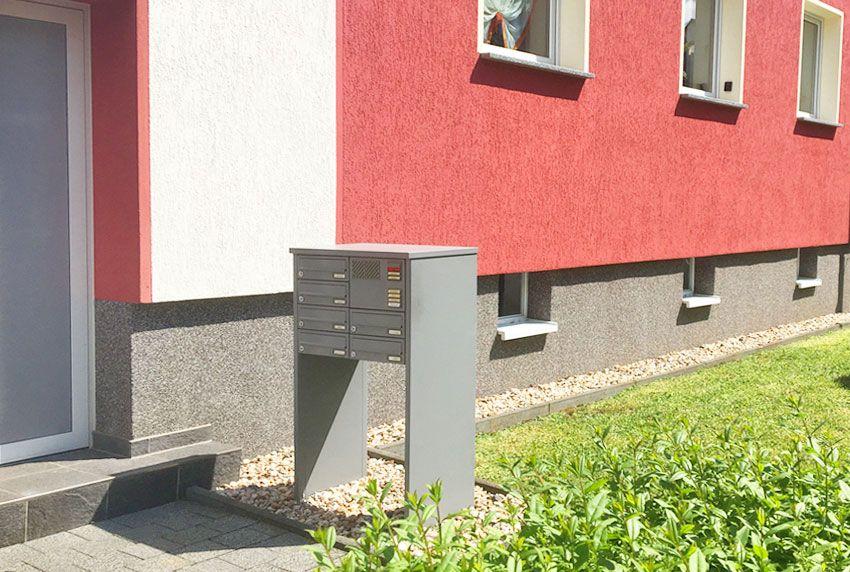 Kompakte und moderne Briefkastenstandanlage mit Klingeln