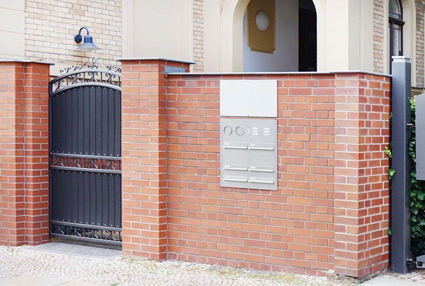 Moderne Briefkastenanlage mit unterschiedlicher Postfächern in zeitgemäßer Größe