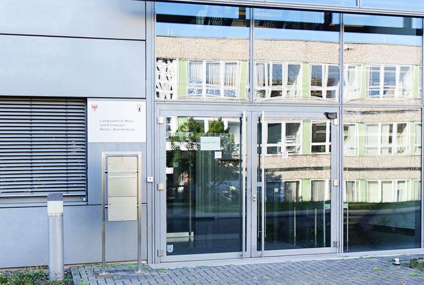 Moderne Briefkastenanlagen und Standleuchten passend in Edelstahl
