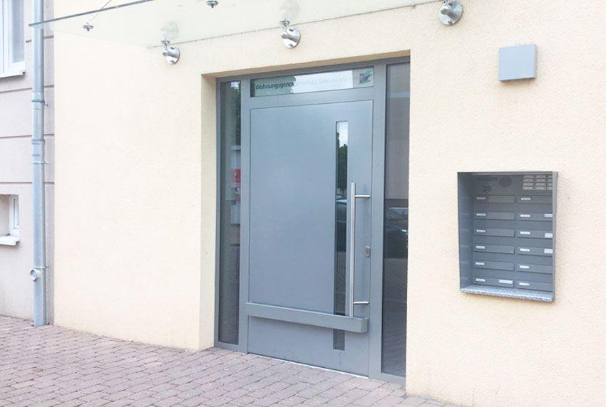 Moderner Eingangsbereich umfasst Briefkastenanlage, Überdachung und Eingangstür