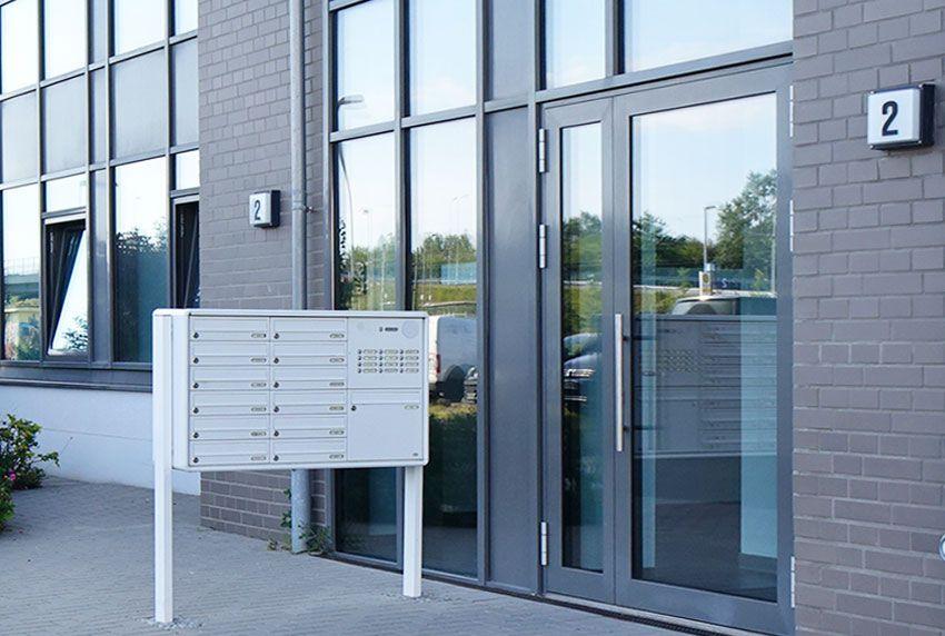 Modular aufgebaute Briefkastenanlage und Briefkästen mit Standbeinen