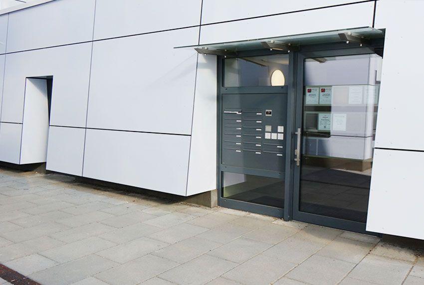 Neue Briefkastenanlage für Designerhaus im modernen Stil
