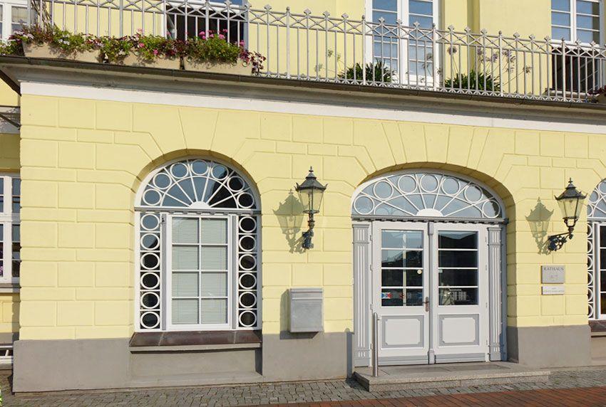 Nostalgische Postkästen und Briefkastenanlagen passend zu historischen Gebäuden