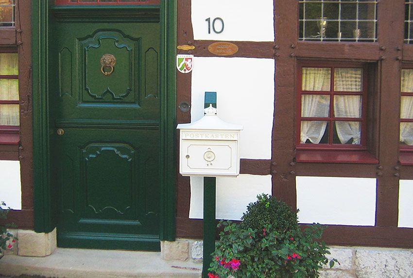 Nostalgischer Briefkasten im historischen Umfeld