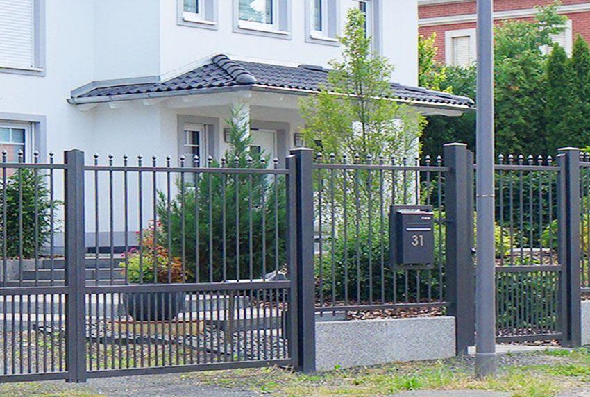 Nostalgischer Zaun und Briefkasten-Anlage passend als eine Einheit