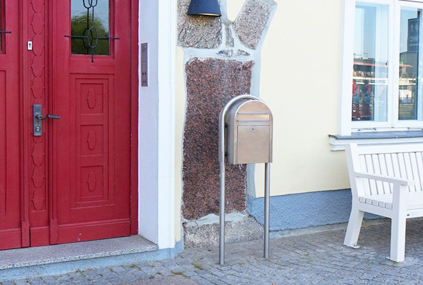 Oben abgerundeter Briefkasten mit Rundbogenständer