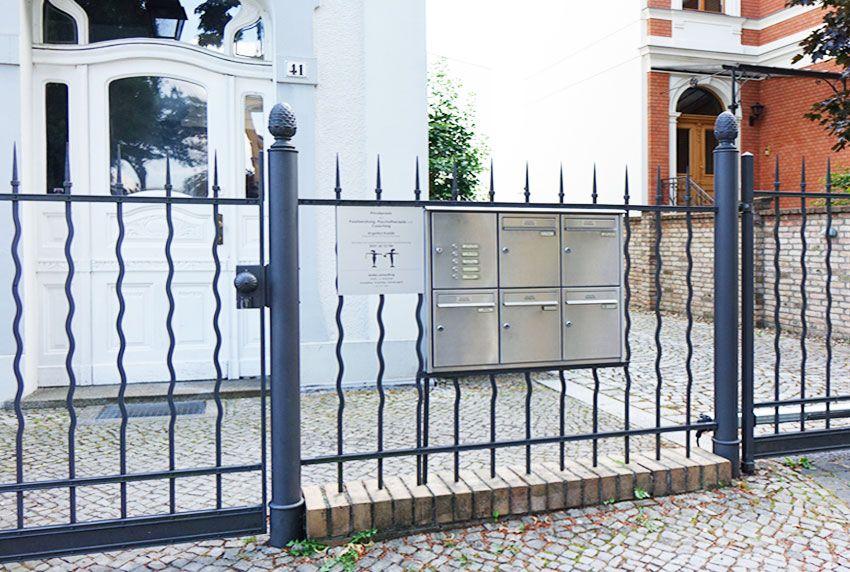 Postkastenblock als Briefkastenanlage im Zaun verbaut