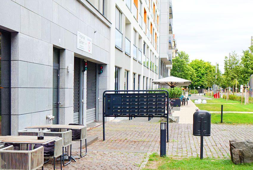 Pulverbeschichteter Briefkasten als Anlage zur freien Montage am Eingangsbereich