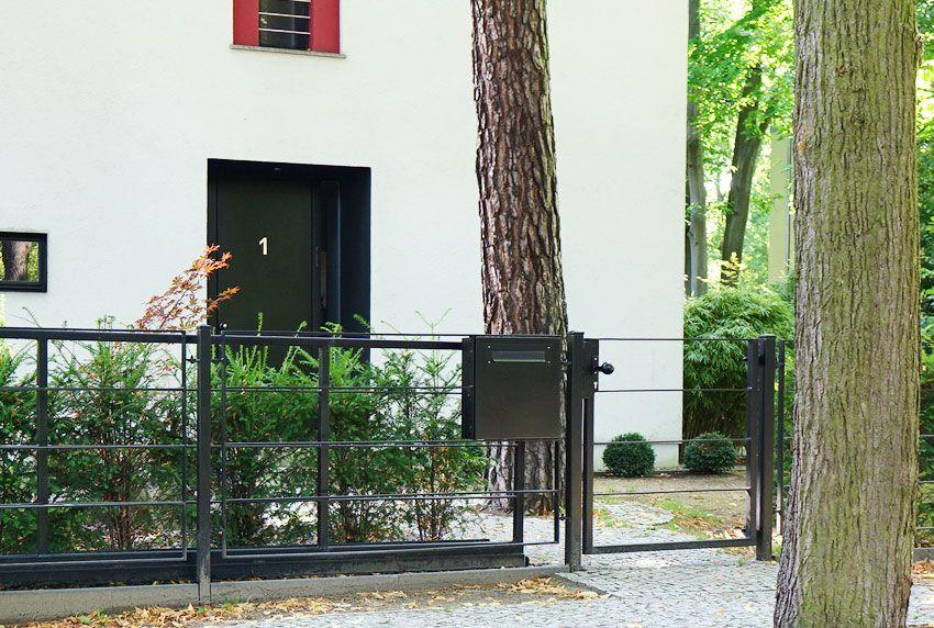 Robuste Briefkastenanlage mit großen Fassungsvolumen am Zaun angebracht