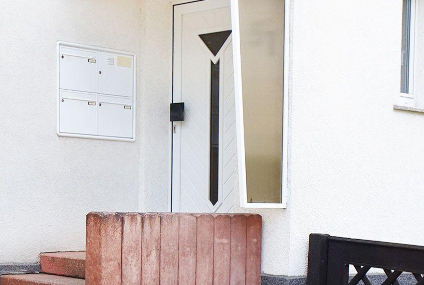 Schlichte Briefkastenanlagen für Mietshaus mit vier Briefkästen