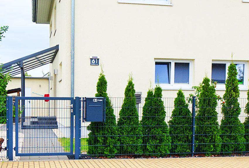 Schnell und einfach einen Briefkasten oder eine Briefkastenanlage im Zaun integrieren