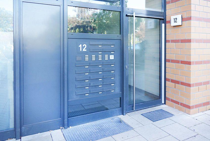 Solide Briefkastenanlage in eine Hauseingangstür oder daneben eingebaut