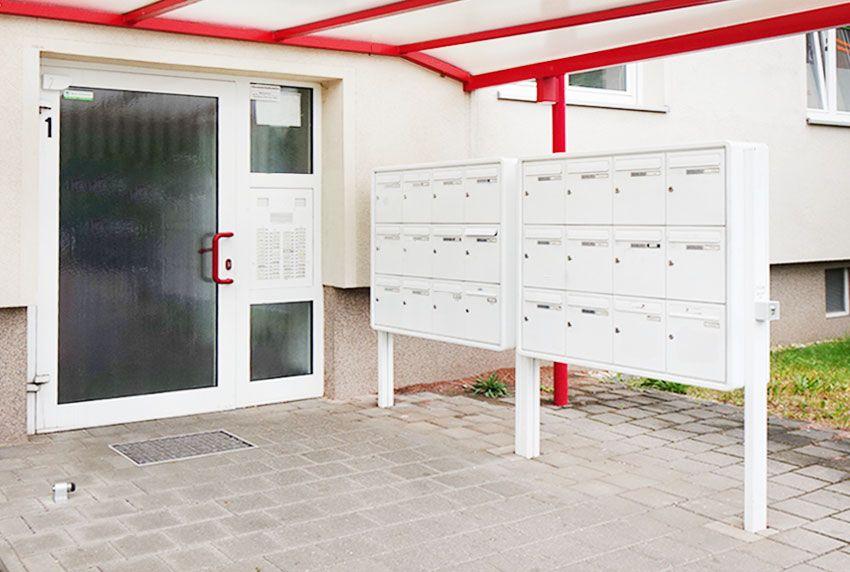 Speziell große einbetonierte Briefkastenanlagen für Gewerbekunden