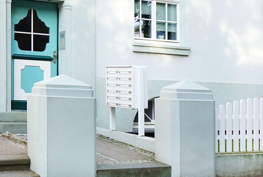Ständer-Briefkastenanlage auf Sockel oder Mauer installiert