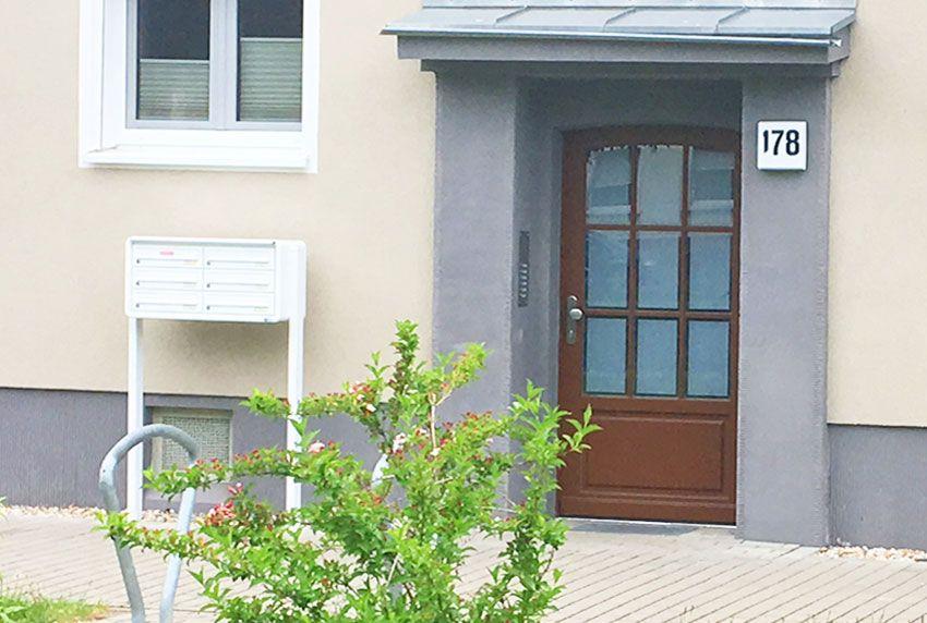 Stand-Briefkastenanlage an Hauswand positioniert