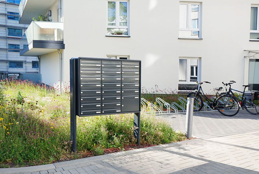 Standanlage mit vielen Briefkastenfächern für große Wohnkomplexe