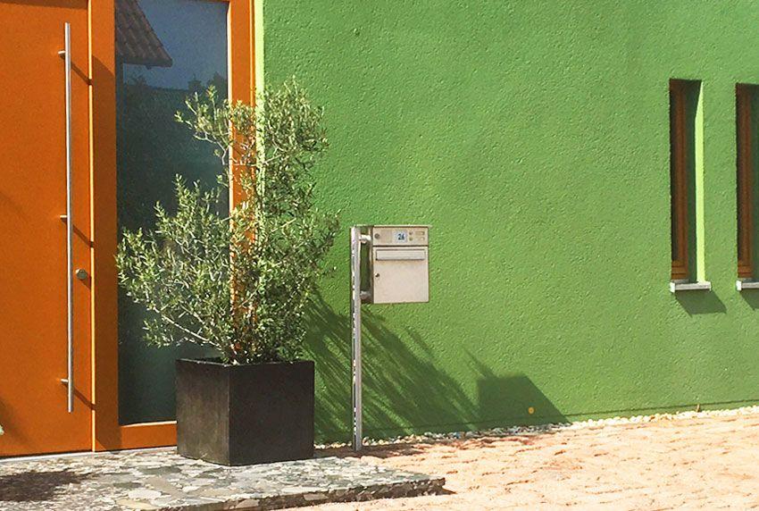 Stylischer Designer-Briefkasten der freistehend montiert wird