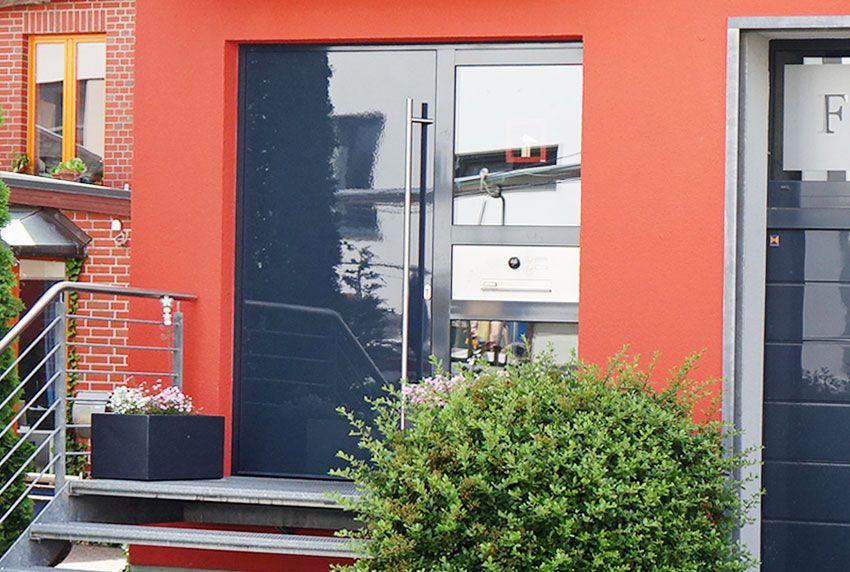 Tür mit integrierter Briefkastenanlage im modernen Design